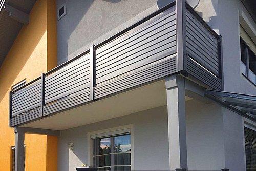 Balkongeländer aus Aluminium als Sonderkonstruktion mit eckigem Handlauf in grau