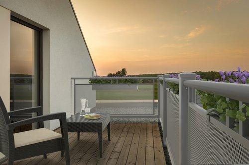 Balkon in grau mit Lochblechfüllung, Modell Loskana von GUARDI, auf modernem Balkon mit Möbeln und Blumen