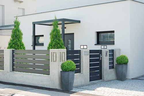 Lattenzaun in anthrazit, Modell Triest von GUARDI, vor einem modernen, vor einem modernen, weißen Haus